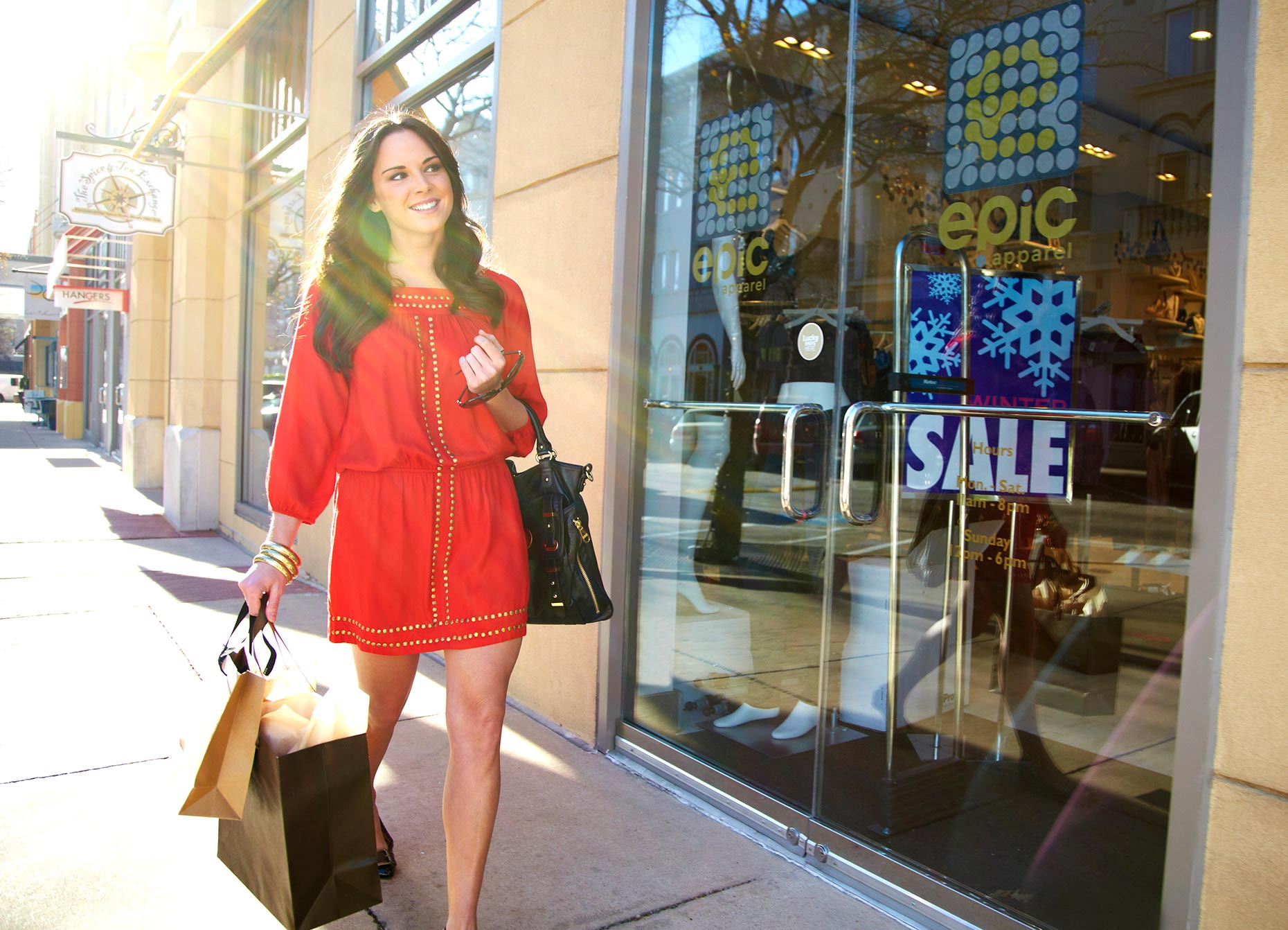 Samantha_shopping_outside_197